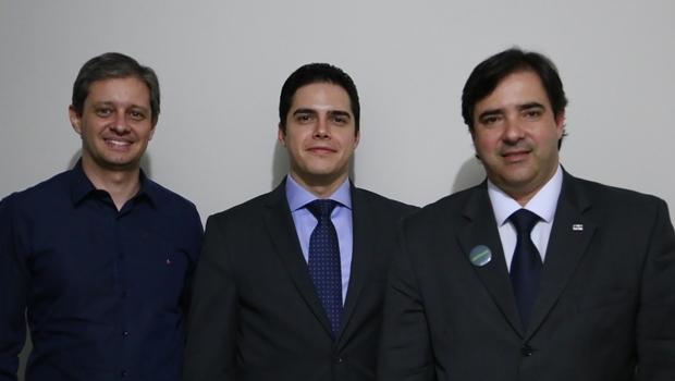 Victor Alencar, ladeado pelo vice-presidente da Casag, Hallan Rocha, e Flávio Buonaduce | Foto: divulgação