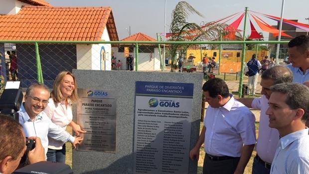 Prefeito José Gouveia, secretária Lêda Borges, governador Marconi Perillo descerrando a placa do Parque Encantado