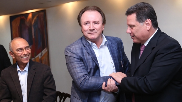 Empresários Ilézio Ferreira e Júnior Friboi, com o governador Marconi Perillo   Foto: Henrique Alves
