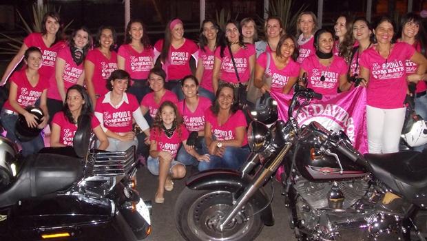 Motoqueiras realizam alerta contra câncer de mama