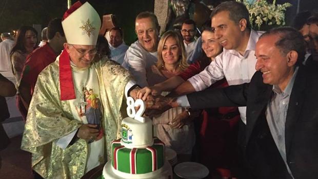 Debaixo de chuva, Paulo Garcia e autoridades cortam bolo do aniversário de Goiânia