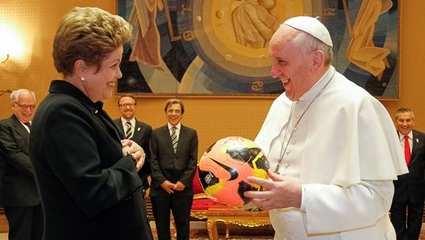 Papa Francisco e a presidente Dilma: só ajuda dos céus salva   Foto: Roberto Stuckert Filho PR