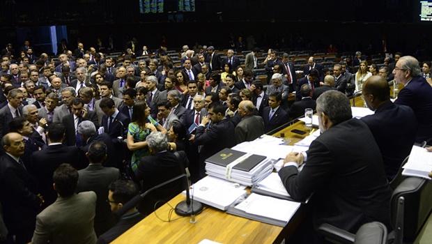 Sessão que analisa cassação de Cunha causa polêmica