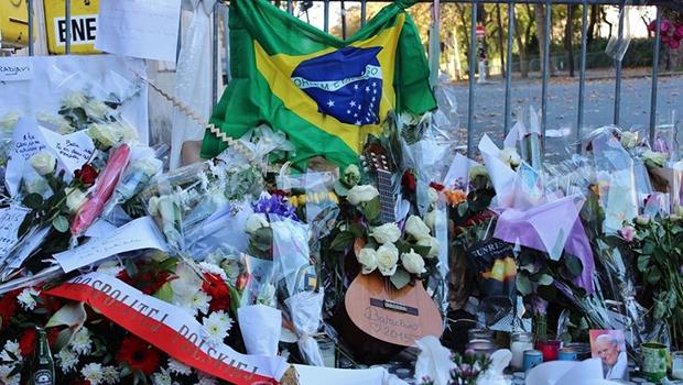 Homenagens as pessoas mortas nos ataques terroristas a capital francesa | Giselle Garcia/Agência Brasil
