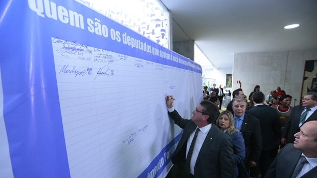 Giuseppe Vecci assina o painel | Foto: Alexssandro Loyola
