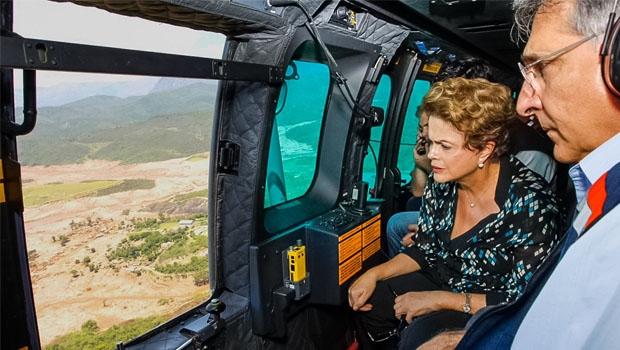 Ao lado do governador mineiro Fernando Pimentel, Dilma observa o desastre da Bacia do Rio Doce: sem tocar o pé na lama | Roberto Stuckert Filho/PR