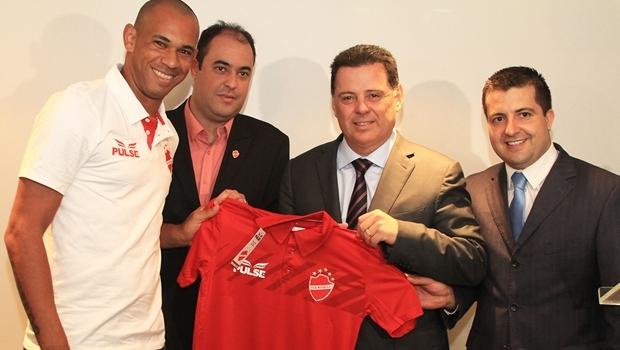 Governador Marconi Perillo com jogadores do Vila Nova | Foto: Wagnas Cabral