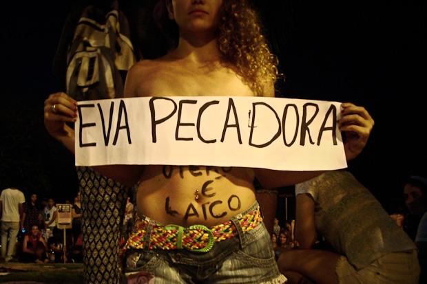 Mulheres protestam contra projeto de lei que impede atendimento a vítimas de estupro