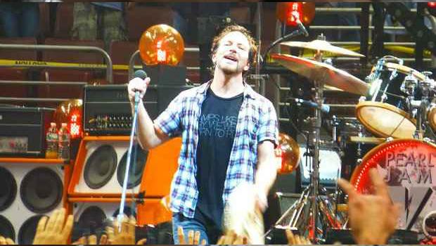 Pearl Jam anuncia doação de cachê às vítimas de Mariana e pede punição após desastre