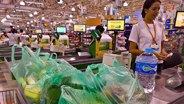 Projeto de lei obriga empacotadores em supermercados de Goiás