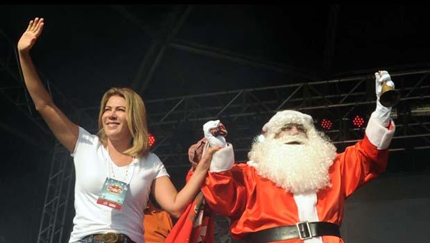 Mais de 50 mil em show de Natal e entrega de presentes