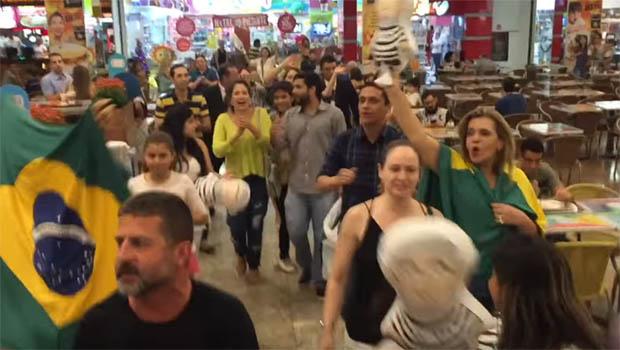 Grupos anti-PT fazem flash mob pró-impeachment em shopping de Goiânia