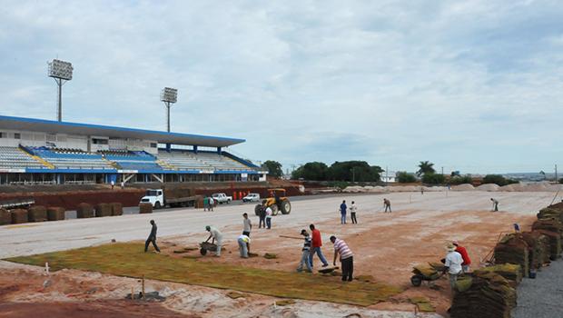 Finalizado plantio do gramado do Estádio Municipal Jonas Duarte