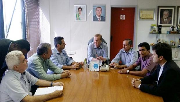 Prefeito Paulo Garcia (centro), vereadores e auxiliares durante sanção da lei | Twitter