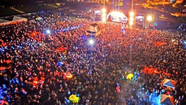 Público lota estacionamento do Serra Dourada para acompanhar a festa de réveillon | Foto: Goiás Turismo