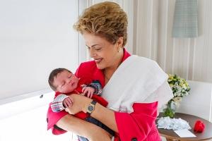 Dilma Rousseff com o bebê Guilherme em janeiro de 2016