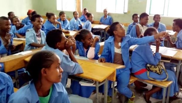Inglês é ensinado com música do Nirvana por voluntário em escola da Etiópia | Foto: Reprodução