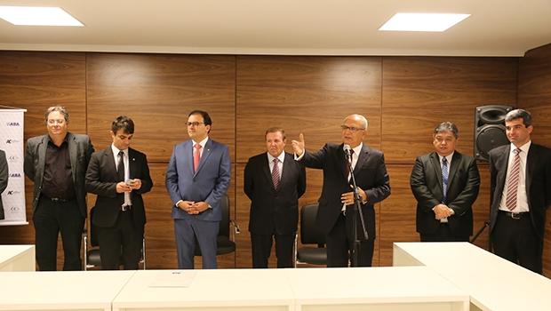 Marcus Vinícus Furtado Coêlho (centro) saudou a nova lei,que permite a criação de sociedades individuais