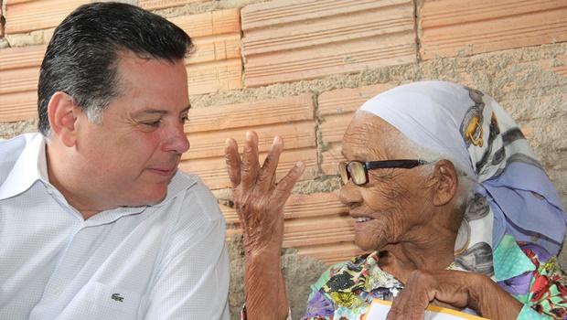 Marconi visita moradora de Guapó em seu aniversário de 110 anos