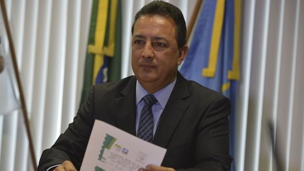 O presidente do Trribunal de Contas, Renato Rainha, lê a  carta que recebeu com ameaça de morte    Foto: Valter Campanato/ Agência Brasil