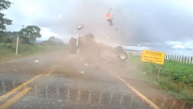 Vídeo registra momento em que passageiro é arremessado de caminhonete