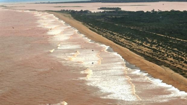 Lama de rompimento das barragens atinge litoral do Espírito Santo. Foto: Paula de Araujo/Ministério Meio Ambiente