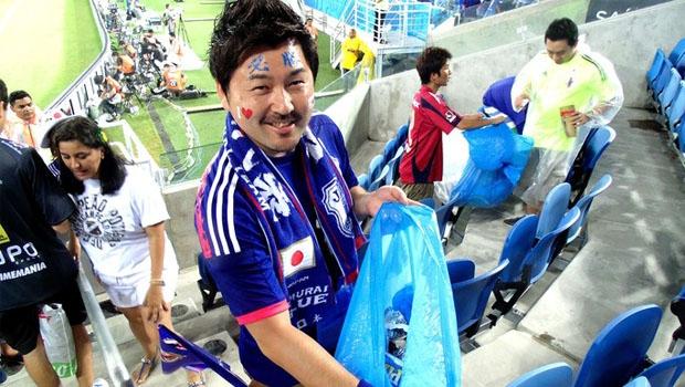 Japoneses após jogo da Copa do Mundo de 2014: lixo recolhido e arquibancadas tão limpas quanto antes