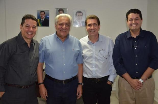 Vilmar Rocha com o presidente do PSD de Anápolis Thiago Souza e o médico Olegário Vidal em recente conversa com o prefeito João Gomes