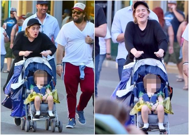 Adele com o marido e o filho, em passeio na Disneylândia