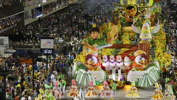No último dia de desfiles no Rio, escolas homenageiam famosas personalidades brasileiras