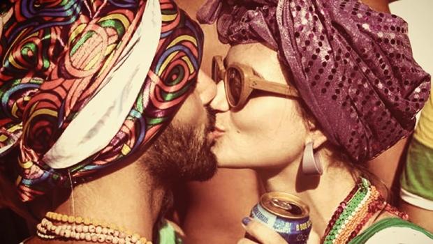 Neste carnaval, roubar beijo dá cadeia