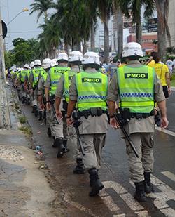 Policiais caminham pela Avenida 85