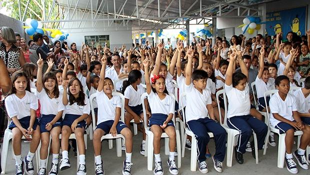 Mais de nove mil alunos da rede municipal de educação receberam os kits escolares em Trindade