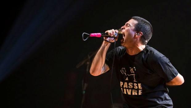 Rodrigo Lima canta no último show da turnê do disco Vitória, na Sal Olido, em São Paulo | Foto: Deivide Leme