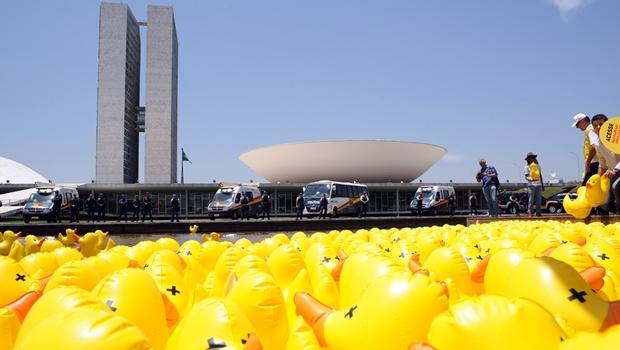 Em outubro de 2015, protesto da Fiesp espalhou patos de borracha no espelho d'água em frente ao Congresso Nacional | Foto: Lucio Bernardo Jr./ Câmara dos Deputados