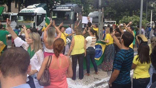 Durante a manifestação pró-impeachment, caminhões foram usados em buzinaço na Praça Cívica | Foto: Acieg
