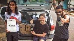 Victor Moara, Brunno Veiga e Bruno Andrade com o carro cheio momentos antes de começar a viagem para São Paulo | Foto: Reprodução/Facebook