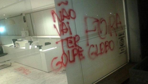 Manifestantes picharam paredes na sede do Grupo Jaime Câmara, em Goiânia