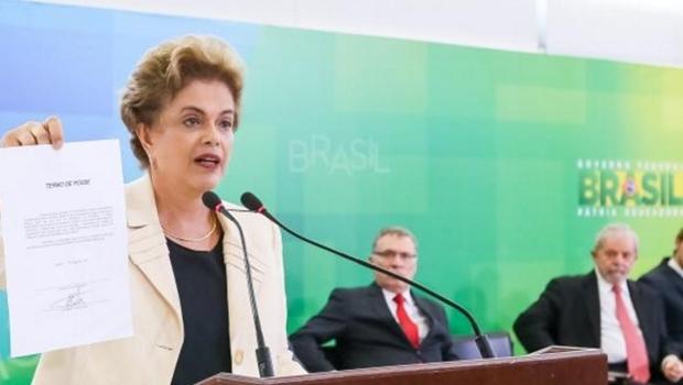 Presidenta Dilma Rousseff mostra termo de posse de Lula como ministro-chefe da Casa Civil, durante cerimônia no Palácio do Planalto | Foto: Roberto Stuckert Filho/PR
