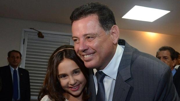 Governador Marconi e a cantora-mirim Ana Beatriz