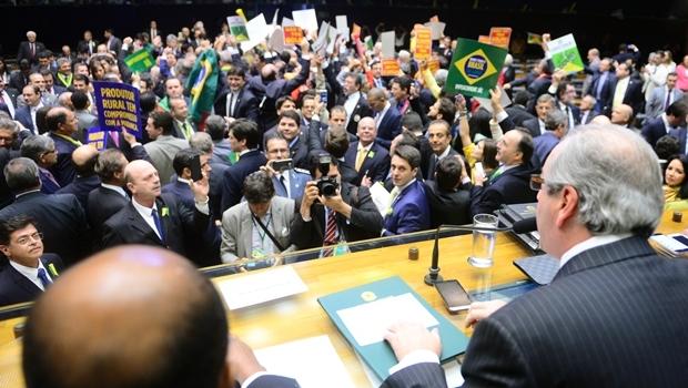 Deputados se empurraram e discutiram sobre quem poderia ficar atrás da mesa diretora e nas tribunas do plenário   Foto: Nilson Bastian/Câmara dos Deputados