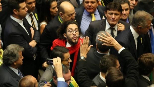 Jean wyllis foto da agência o globo ele está cuspindo em Jair Bolsonaro