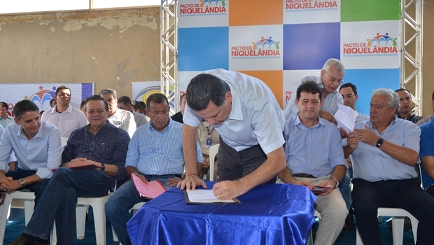 Desde a paralisação das atividades da Votorantim, o governador tem articulado soluções para o momento que Niquelândia enfrenta | Foto: Eduardo Ferreira