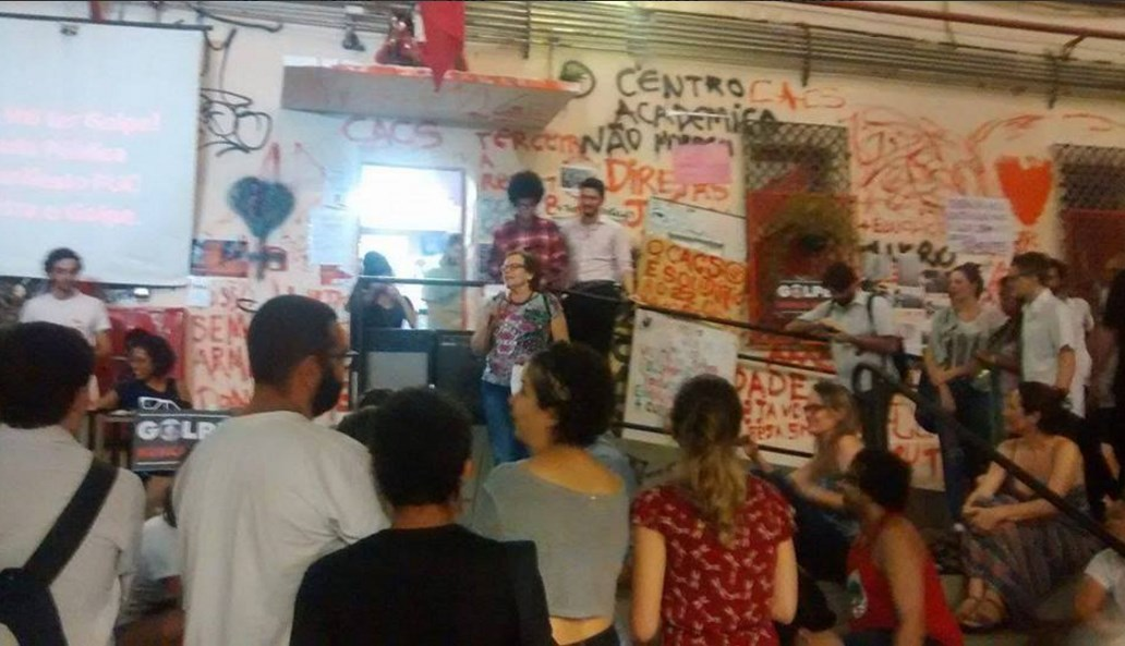 PUC-SP faz ato contra impeachment de Dilma