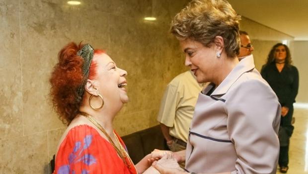 """Contra o impeachment, Beth Carvalho lança o samba """"Não Vai Ter Golpe"""""""