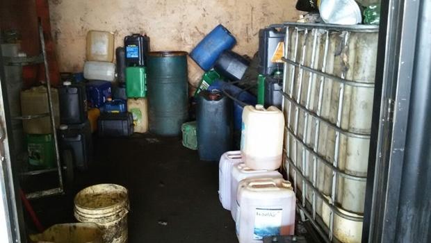 Galões com o combustível adulterado eram armazenados em depósito no Jardim Novo Mundo, em Goiânia | Foto: reprodução / assessoria PC-GO