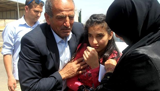 Dima al-Wawi, com os pais, em Tulkarem, na Cisjordânia, ao ser libertada   Jaafar Ashtiyeh/AFP