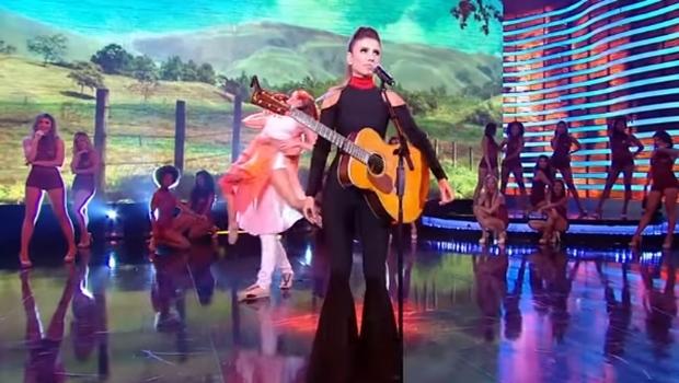 Cantora culpou o ar condicionado pela desafinação do  violão