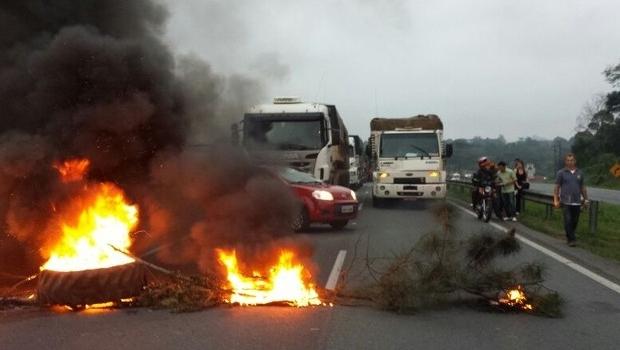 Manifestantes atearam fogo em pneus e causaram lentidão na BR-277 (Foto: Divulgação / PRF)