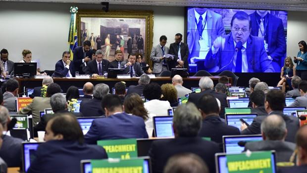 Comissão do Impeachment aprova relatório de Jovair Arantes